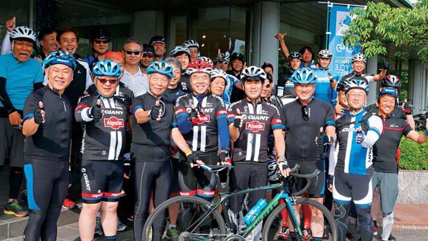 劉金標( 前排左3)高齡82 歲,車照騎,與滋賀縣知事三日月(左4)、守山市長宮本(左5)等在琵琶湖騎車。