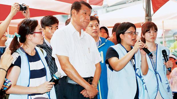 華航新任董座何煖軒(左2)同意空服員調整津貼等訴求後,其他員工爭取同等權益的抗爭將繼續發酵。