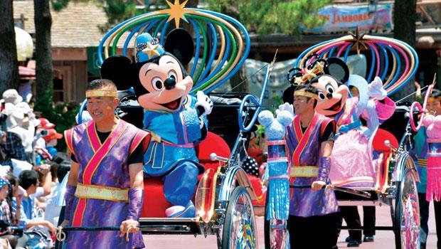 東京迪士尼不斷推陳出新造就超高回客率,比如七夕期間的特別遊行,由米奇、米妮打扮成牛郎、織女與遊客同樂。