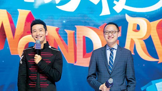 優酷網與數字王國行政總裁謝安(右)中國知名影星黃曉明(左)合作加入VR 戰局,以強攻影視內容為主。