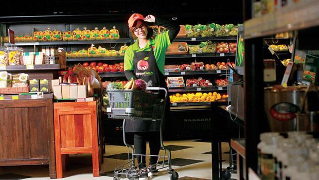 何心尹,金牌採購員,可在最短時間內解決缺貨,她從採購單就能掌握顧客買菜邏輯,買到客戶心坎裡。