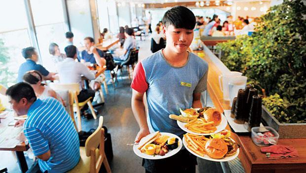 早午餐食材組合多,台灣首家專門店送餐口前總會站著稱為「菜口」的資深員工,負責調配食材下鍋順序,以送上熟度正好的餐點。