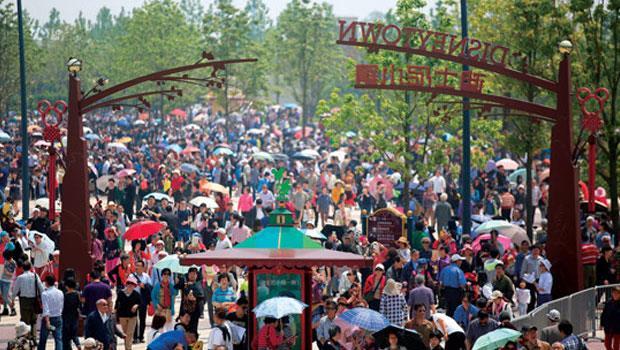 上海迪士尼試營運期間人潮爆滿,最熱門遊戲設施須排隊3 小時才能玩到,現在上網訂票也只能訂到3 個月後門票。