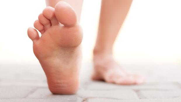 腳底痛不一定是足底筋膜炎,小心是腳掌有「瘤」!2種常被忽略的足跟痛