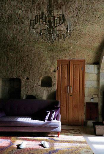旅店細心保留了原始岩窟樣貌,擺置風格自然的現代家具,搭配絕妙。