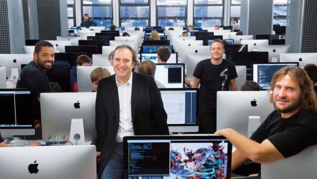 四二學院創辦人尼爾(圖中站立者)是法國電信巨頭,一生自力創業的傳奇往往能激勵學歷不美、經歷不佳的青年奮進。