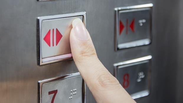 上班族一定要知道:跟主管一起搭電梯,究竟誰該按鈕?誰該走前面?