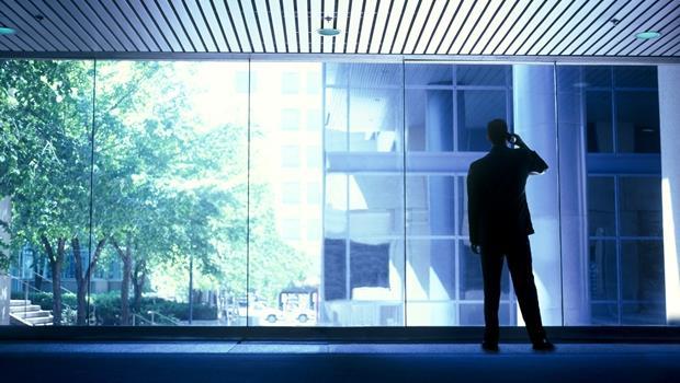 開會時主管或客戶接手機...這時候該走出會議室,還是待在原地?