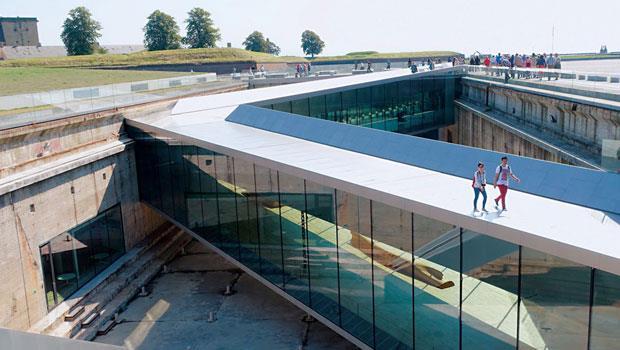 位於赫爾辛格的海事博物館,以舊有的船塢為主,將博物館建造在船塢周邊地表底下,藉著「之」字型交錯的幾座天橋,將人們引入地底的博物館。