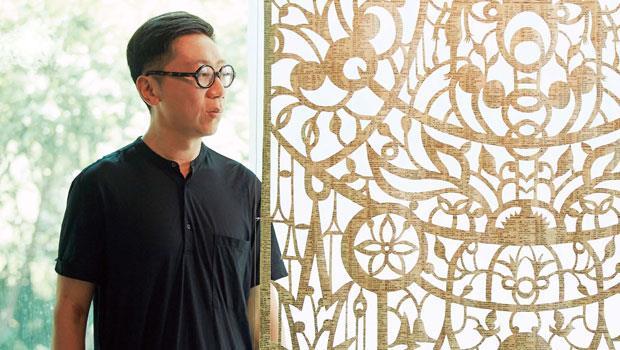 吳耿禎正在雲門展出多幅作品,其中兩層樓高的〈字典(三)〉呈現豐富線條之美。