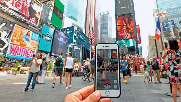 《Pokémon GO》暴紅,透過手機結合實體世界,時代廣場成玩家們抓精靈的熱門遊戲據點,這款小遊戲更成連結實體商品的平台。
