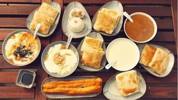 「桃園眷村」在中國爆紅》開到半夜2點、一頓150元台幣的豆漿油條店,吸引的是誰?