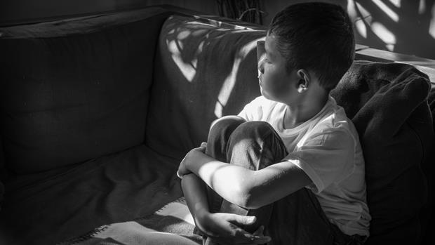 3歲時被奶媽一家人性侵...30年了,他一直在等有人跟他說:這不是你的錯