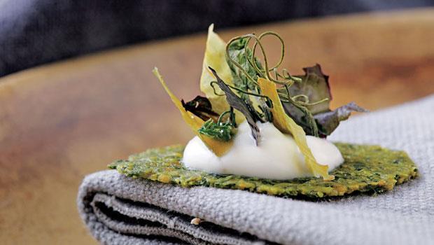 「太陽的味道」在京都水菜和金剛花生做成的派皮上,放上風乾的龍鬚菜、紅鳳葉、高麗菜,加上白醋鮮奶油和鴨油,入口盡是陽光下的香氣。