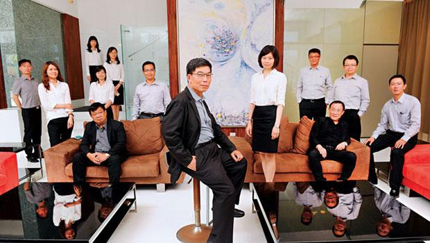 常被誤認工地主任的陳聰徒(中)有自己的建築設計部,當建案需調整,就立即動員。