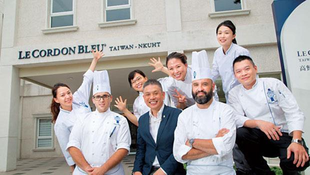 高餐藍帶將在高雄餐旅大學校園中的地中海風建築內上課,除了2 位法國藍帶名廚,還有藍帶校友們一同打造課程。