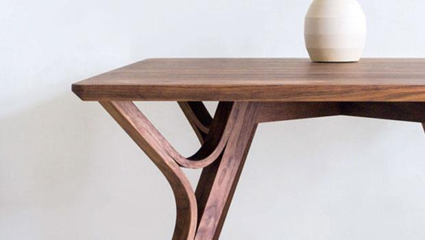 Y1-90餐桌,4根桌腳以竹子龜裂造型為發想,將3片木料開模彎曲製成,是品牌常見的設計特色,鏤空部分是視覺亮點。整體可拆成3大組件扁平運送,增加便利性。