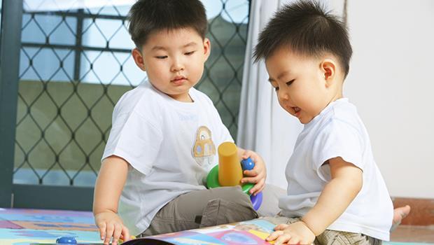 先別生氣!小孩搶玩具並不是故意使壞!以色列幼教用這3個方法,教出「懂事」的孩子