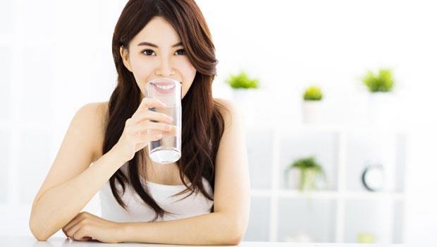 一天該喝多少水才夠?關鍵在「溫度」!營養師解惑3大補水迷思