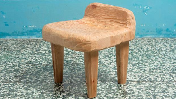 麵團椅,兩塊松木拼接座椅造型後,手工鑿出厚實椅面,在靠近椅背處設計凹陷座槽提升舒適感。取名麵團用意在不擺架子,椅腳故意四根直挺挺方式安排,顯現童趣。