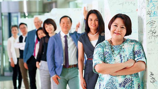儘管如新近來在中國市場業績重摔,但姜惠琳(右1)不改客家人的硬頸本色,帶領團隊闖出一條新路。