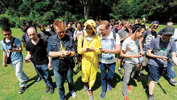 從紐約到歐洲,玩家組成抓寶大隊,法國玩家裝扮成皮卡丘抓寶,有業者看中遊戲人氣,透過遊戲招攬生意。