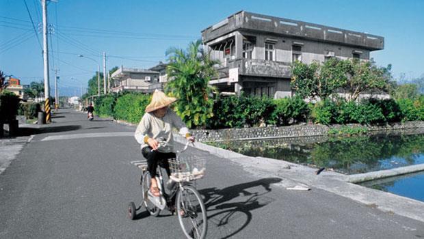 不動產持有稅一漲就是全民加稅,就算如宜蘭鄉間的退休老人,房子單純自住用,也被畫進加稅目標。