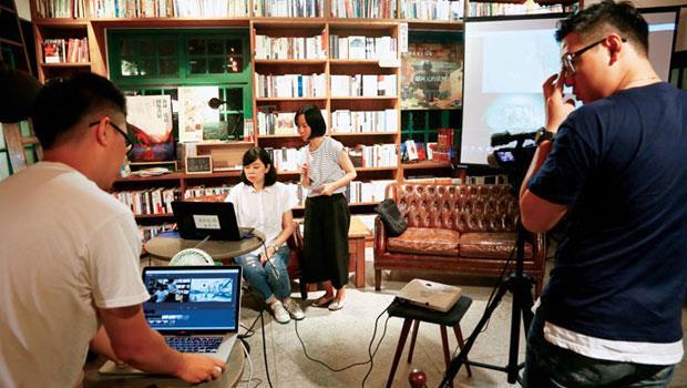 〈書沙龍〉節目開始前,工作人員得忙著確認拍攝角度、燈光與收音等,確保線上觀眾也能真實感受現場氛圍。