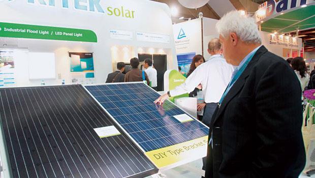 台灣太陽能產業十分仰賴中國,過去近1 年藉中國補助需求,產能全開,沒想到中國一縮單,就重回供需失衡、價格破底的老路。