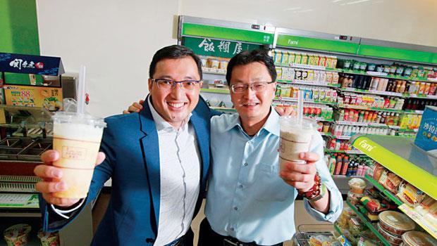 酷繽沙熱賣,全家追加產能,到9 月底前目標量一千萬杯;幕後推手雙葉總經理陳伯俞(左)未來更將搶進海外市場。