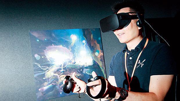 跟Google紙板VR或三星Gear相比,Oculus顯示器戴起來有些沉,但不至於讓頭部有負擔,頭上有帶子讓頭罩不會往下掉。