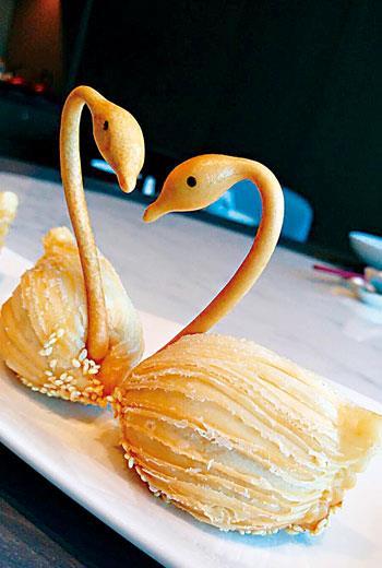 望月樓妙手阿恆的天鵝蘿蔔酥,有如歌劇天鵝湖中美麗水禽的乍現