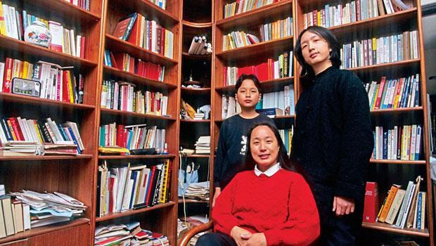 唐鳳(右)與弟弟唐宗浩(左)都是天才,幼年時都曾遭受同儕排擠,在母親李雅卿(中)陪伴下,逐漸走出自己的路。