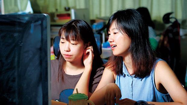 在果殼網實習的台大學生謝璨如(右)觀察,在這裡,同事都是九○後,代表只要有能力,就不用怕被資歷限制。