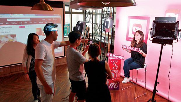 中國直播平台「美拍」台北辦公室的空曠處,一放上設備,就變直播室。
