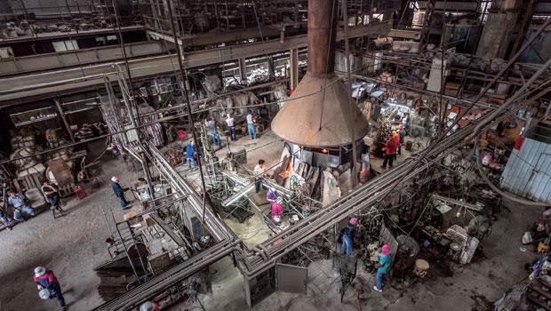 利銓主要以八卦窯爐為生產工具,八卦窯有8到10個窯口,在攝氏1500度以上的窯爐裡放入坩堝即可作業,每日最大成本就是保持24小時燃燒。師傅從坩鍋挖出玻璃膏,利用各種技法將它製成玻璃用品,這樣製成的產品