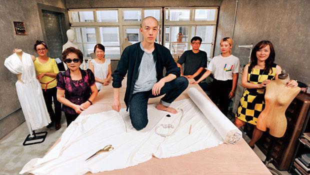 在國際時尚界闖出名號的陳劭彥,回到家鄉宜蘭,結合阿嬤40 年的打版、裁縫手藝,打造站上世界舞台的頂級訂製服。