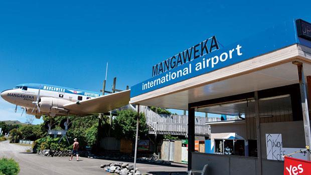 在紐西蘭旁邊路旁有架飛機,而且機頭幾乎已伸到路上了。旁邊有一棟小房子,上面居然寫著是曼卡威卡(Mangaweka)國際機場。