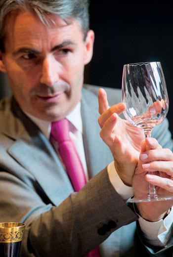 Jérôme表示Twist 1586系列酒杯設計理念,以葡萄酒年份做造型區隔,寬口杯適合新酒,窄口杯則搭配陳年酒。