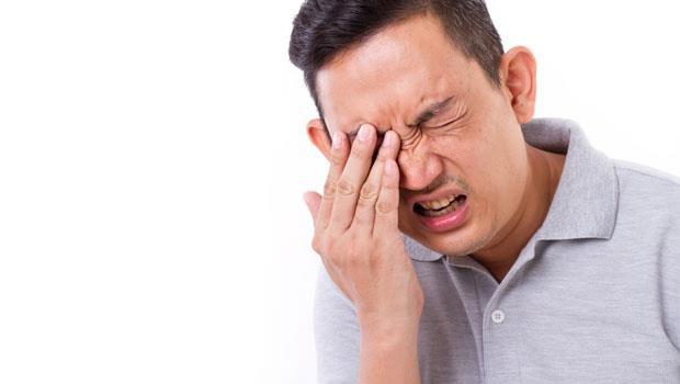吃再多葉黃素也難救》抽煙傷肺更傷眼!這三種人不滑手機也容易黃斑部病變