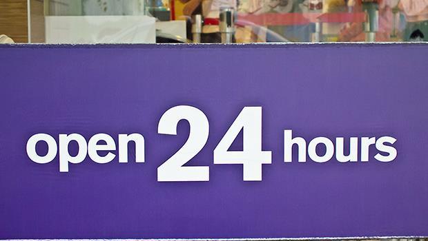 「24小時不打烊」落伍了!終止血汗服務業,支持店家周日公休,把員工還給他們的家人