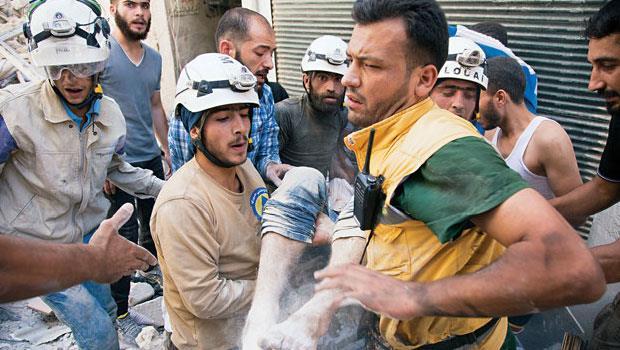 敘利亞北部的商業古都阿勒坡(Al e p po)是災情最慘重的戰區,常見白帽救援隊的身影出入殘垣斷壁中。