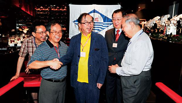廣達電腦創辦人林百里(圖中)、梁次震(右1)同為香港德明中學校友,兩人在台灣校友會成立現場,和大家一起唱校歌、聊往事,也談起母校對經營哲學的啟發。