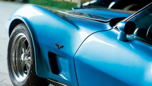 雪佛蘭旗下的科爾維特(Corvette),車身彰顯肌肉線條,帶著寬大車頭及蜂腰般的曲線,側邊的雙旗標幟代表賽道精神。