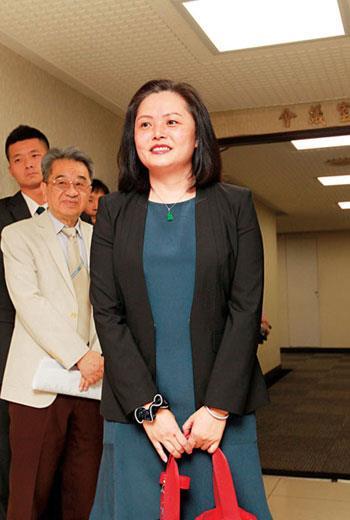 王永慶三房三女王瑞慧(圖前),預計11月從母親李寶珠手中接任長庚醫院董事長。