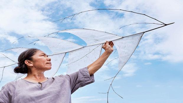 構樹纖維化身手抄紙,黏貼於竹梢上,形成這件〈竹翅羽翼〉作品。陳淑燕想呈現靈魂輕盈、流動與飛翔的姿態。
