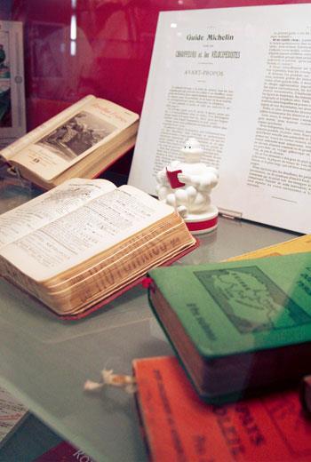 米其林二三事:《米其林指南》創刊於1900年,1923年除旅遊資訊外開始推薦餐廳。1938年正式分冊發行,《米其林餐飲指南》自此誕生。2000年起在地址電話和星等資訊以外增加了圖片和簡介。2006年首