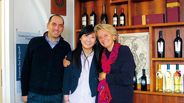 蔡侑容(中)在義大利鄉村的葡萄酒莊負責紅酒的導覽介紹與行銷工作