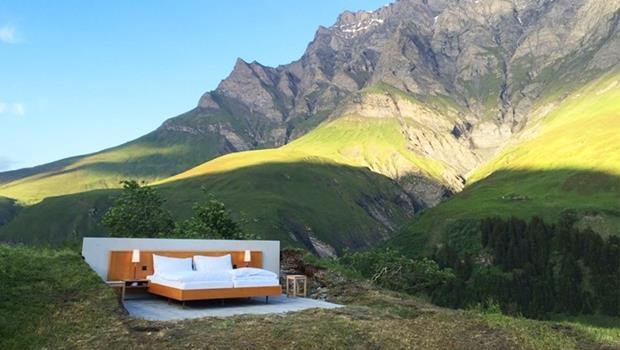 真的只有一張床!這家阿爾卑斯山的旅館,無牆無天花板住一晚還要7千元