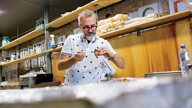 義大利籍米其林三星主廚柏圖拉(Massimo Bottura)雖拿剩菜為貧民打點晚餐,每天工作仍不含糊。